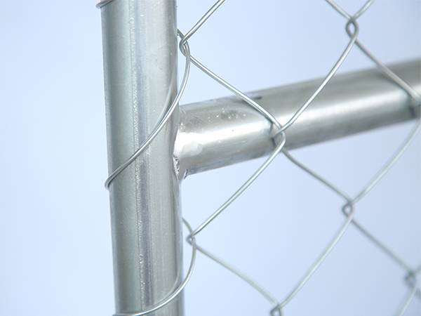 A close up picture of temporary chain link fence with 360° full welding point.