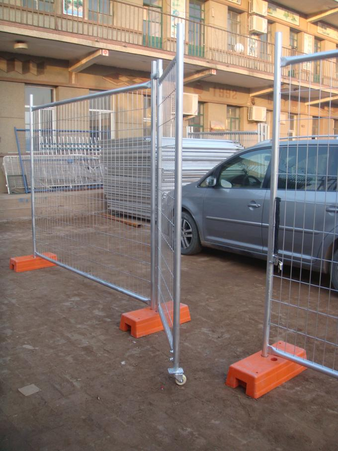 Portable Construction Fence Secure Temporary Fencing With Locking Lock / Rubber Rollers
